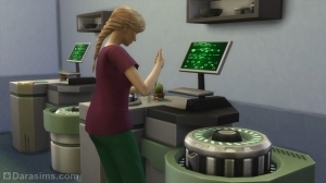 Врач проводит тесты на химическом анализаторе