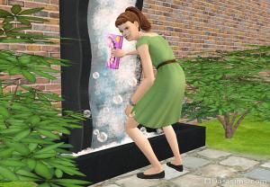 симка подсыпает порошок в фонтан