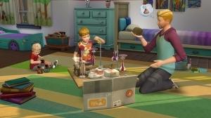 Родитель играет с детьми на полу
