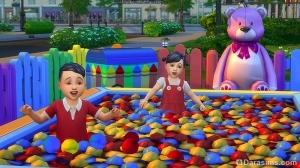 Малыши в детском бассейне с шариками