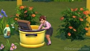Малыш брызгается в тазу для стирки