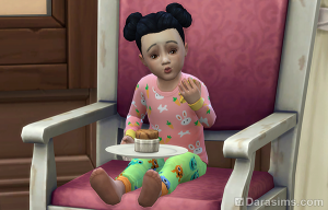 Малышка ест в кресле