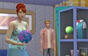 Симка держит синий шар для боулинга
