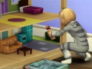 Тоддлер играет с кукольным домиком в Симс 4