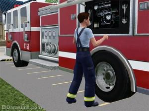 Пожарный обслуживает пожарную машину