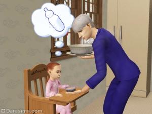 Сим подает еду малышу на детский стульчик