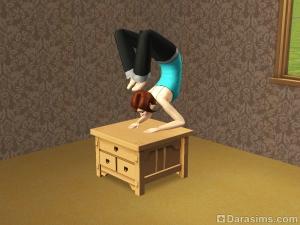 Сим занимается йогой на кофейном столе