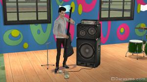 Студент подрабатывает игрой на музыкальных инструментах